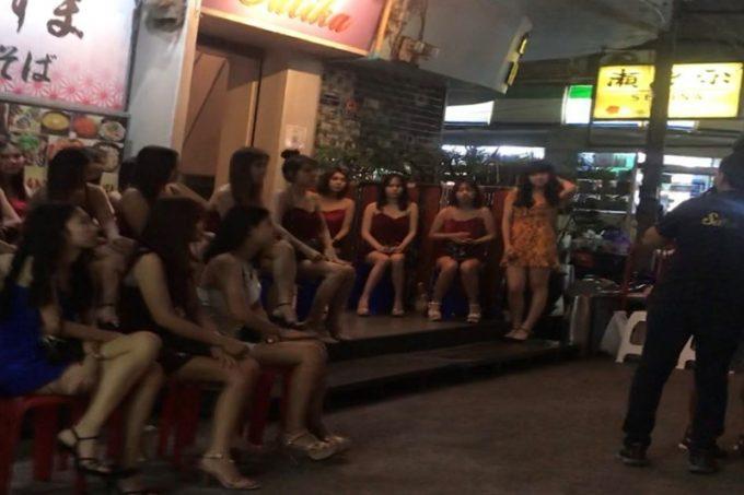 2020年年末バンコクのタニヤ・パッポン通りの様子・開いている店